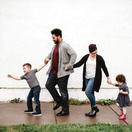 familie-geht-spazieren