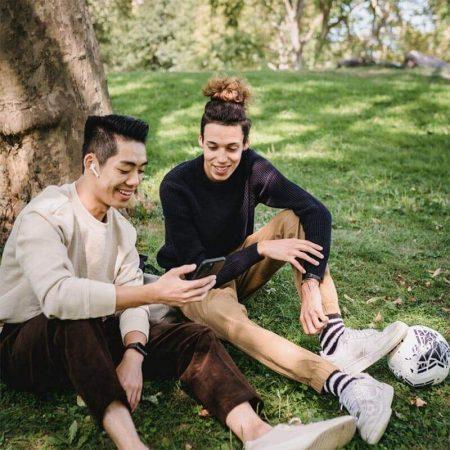 gespraech-im-park-iphone